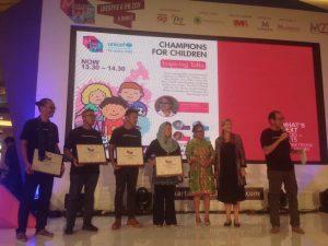 Dion Wiyoko menerima penghargaan dari UNICEF